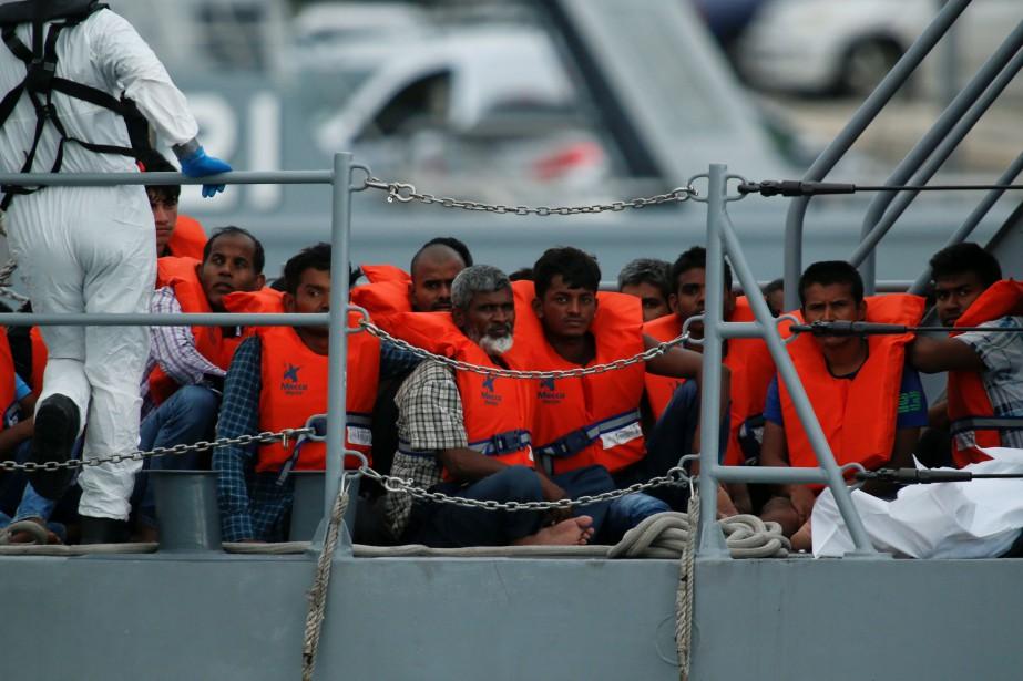 Des migrants arrivent sur la terre ferme à... (PHOTO Darrin Zammit Lup, REUTERS)
