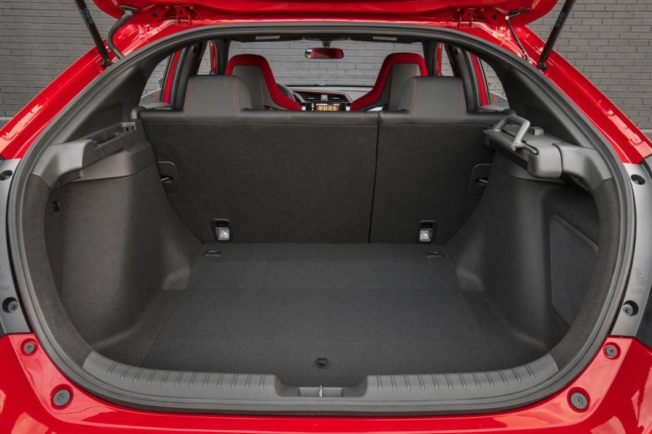 Contrairement à la Si qui n'est offerte qu'en version berline, La Type R n'est offerte qu'avec un hayon arrière.Avec 727 L de volume, son coffre est aussi volumineux que facilement accessible. ()