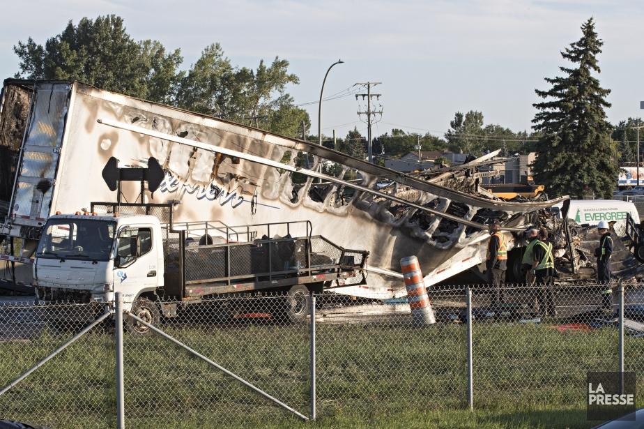 Sous le premier impact, le camion-remorque à l'origine... (Photo Patrick Sanfaçon, La Presse)