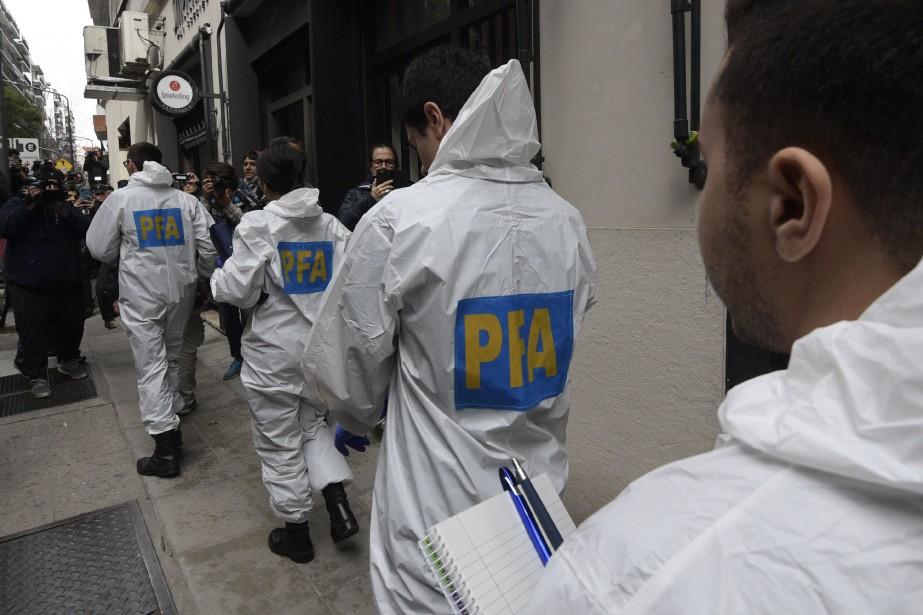 Une vingtaine de policiers sont entrés dans un... (Photo Juan MABROMATA, Agence France-Presse)
