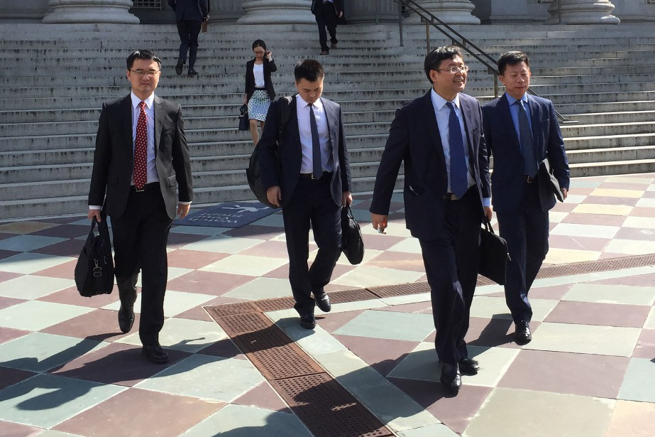Des membres de la délégation chinoise quittent le... (Photo Virginie Montet, AFP)