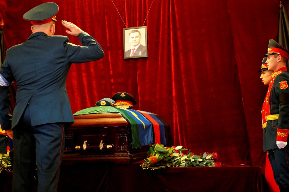 Le cercueil du dirigeant séparatiste prorusse de l'est... (PHOTO ALEXANDER ERMOCHENKO, REUTERS)