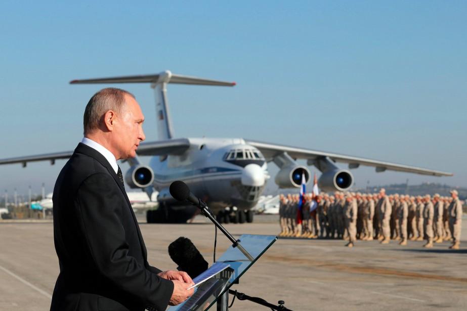Vladimir Poutine lors d'une viste en Syrie, le... (AP)