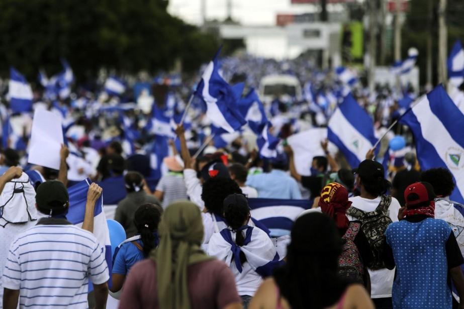 Au moins 300 personnes sont poursuivies par la... (PHOTO INTI OCON, AFP)