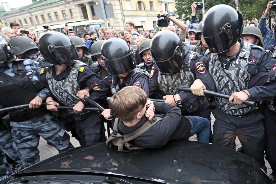 La police a arrêté dimanche au moins 839... (Photo Valentin Egorshin, AP)