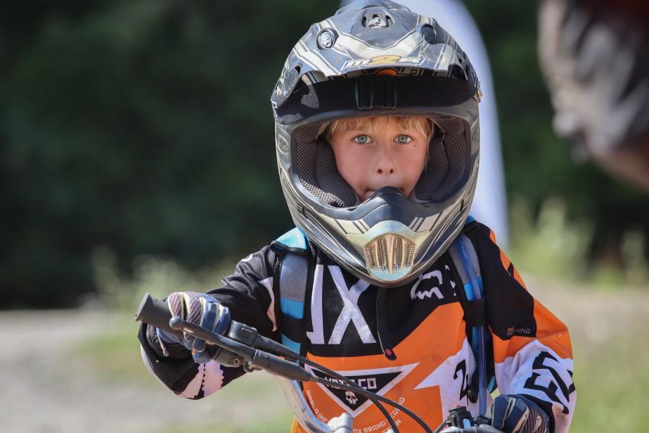 Cedrik Laurin, 7 ans, n'hésite pas une seconde quand le moment est venu de tourner la poignée des gaz et de gravir une montagne de gravier 10 fois haute comme lui. (Photo Audrey Huot Arsenault, collaboration spéciale.)