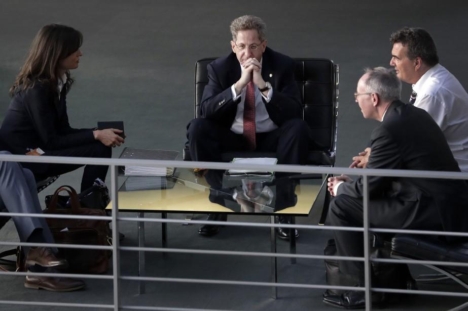 Hans-Georg Maassen (au centre) avait démenti dans la... (Photo Michael Sohn, AP)