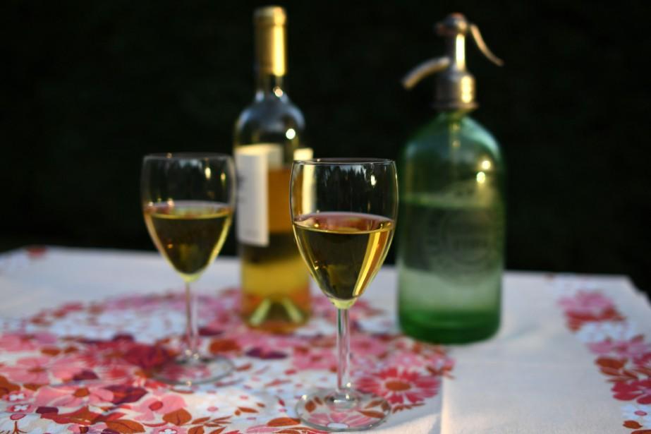 Le «fröccs», une boisson traditionnelle hongroise qui consiste... (Photo AFP)