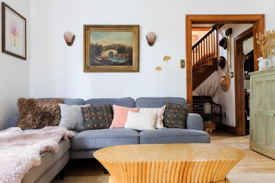 Le canapé du salon en velours gris orage d'IKEA, sur lequel on trouve des coussins en lin dans des teintes poudrées. La table du salon en bambou MacGuire date des années 70. (Photo Edouard Plante-Fréchette, La Presse)