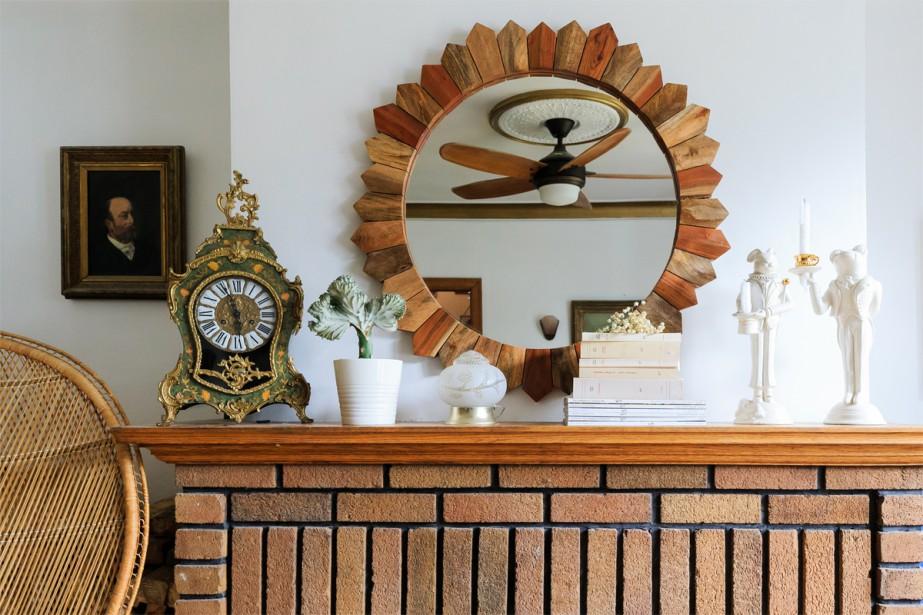 La pendule ancienne héritée des grands-parents paternels de Julie côtoie le miroir en bois «soleil» acheté dans une grande surface. (Photo Edouard Plante-Fréchette, La Presse)