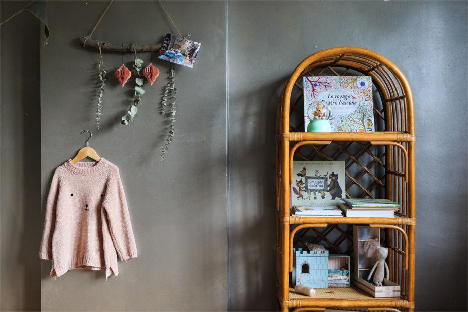 Bibliothèque en osier, branchages et boules de Noël en papier décorent le coin salle de jeux de la chambre de l'aînée. (Photo Edouard Plante-Fréchette, La Presse)