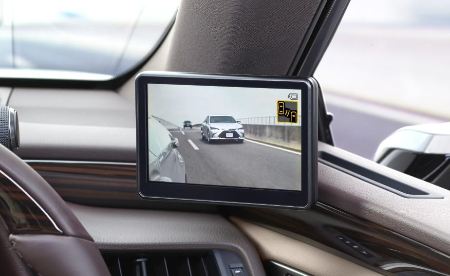 Les images sont transmises sur de petits écrans HD situés en bas du pilier A, non loin des endroits où le conducteur a l'habitude de regarder. | 13 septembre 2018