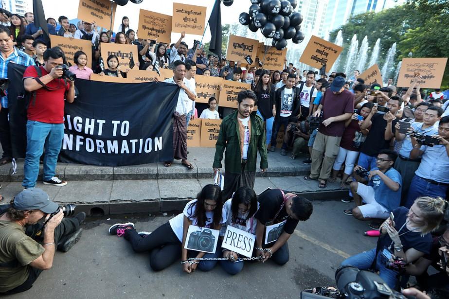 Des manifestants se sont enchaînés pour protester contre... (PHOTO ANN WANG, REUTERS)