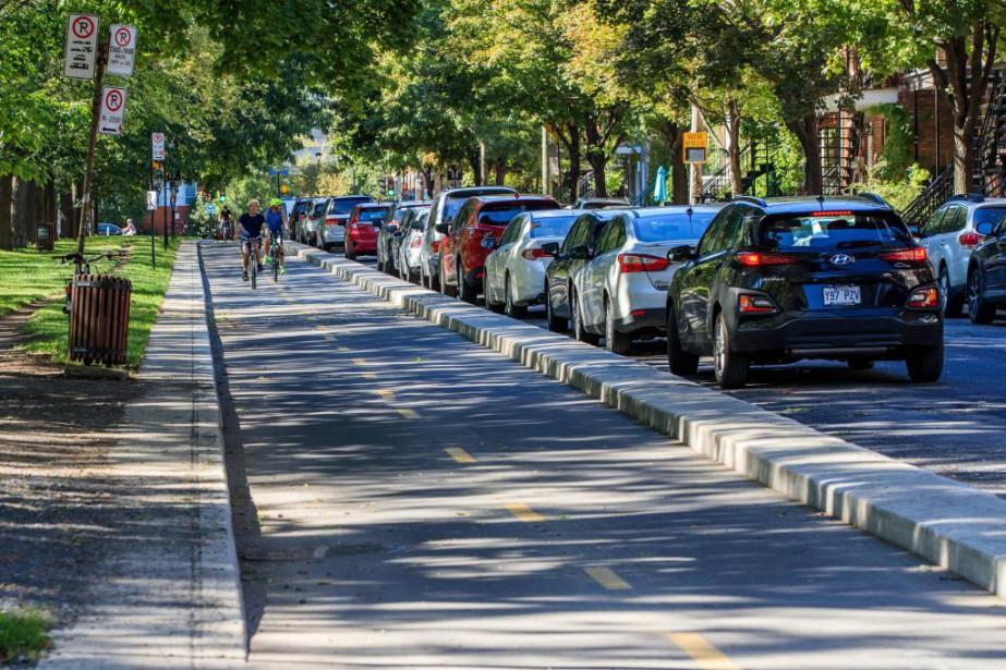 Les travaux pour le nouveau trottoir devraient être... (Photo Hugo-Sébastien Aubert, La Presse)