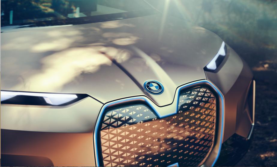 Ce n'est pas pour rien que la célèbre moustache BMW vient ici en format king size : tous les capteurs censés permettre l'autonomie sont logés derrière cette calandre fermée (pas besoin de fentes pour aérer le radiateur, puisqu'il n'y a pas de radiateur). ()