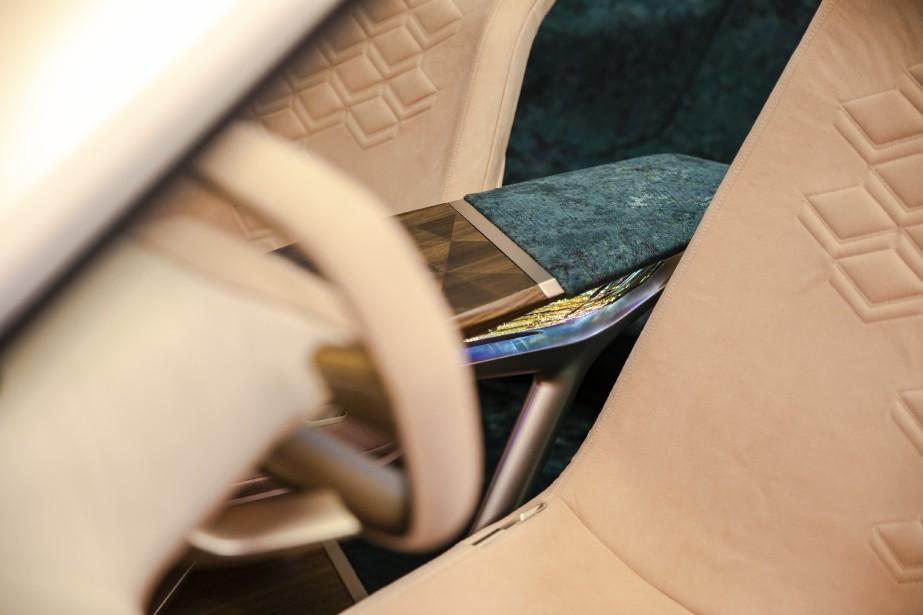 La pièce de tissu qui recouvre la partie arrière de l'accoudoir est innervée de senseurs permettant d'activer les commandes du système d'infodivertissement. ()