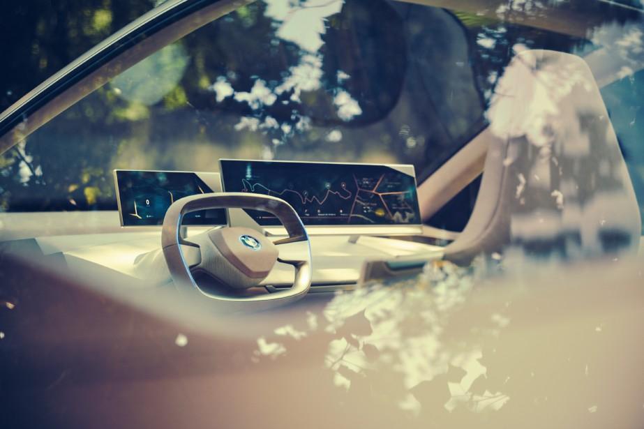 Le tableau de bord se résume à deux écrans tactiles, un petit pour le conducteur et un long, pouvant être utilisé par les deux occupants avant. ()
