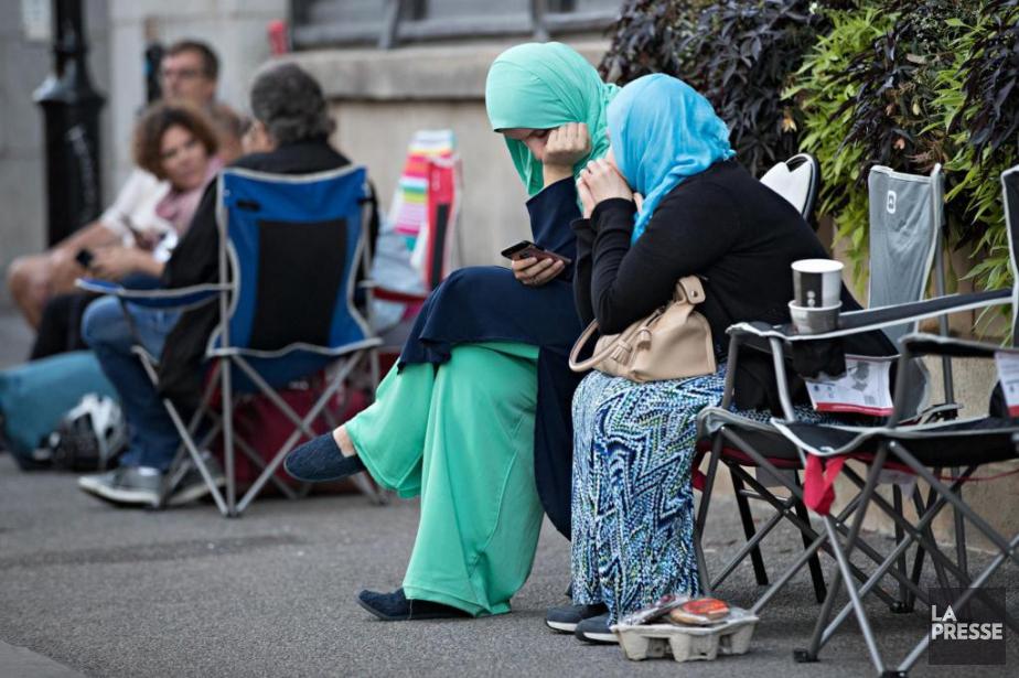 Des femmes font la file devant les bureaux... (PHOTO PATRICKSANFAÇON, LA PRESSE)