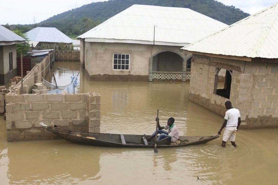Les fortes pluies saisonnières ont fait déborder les... (Photo Associated Press)