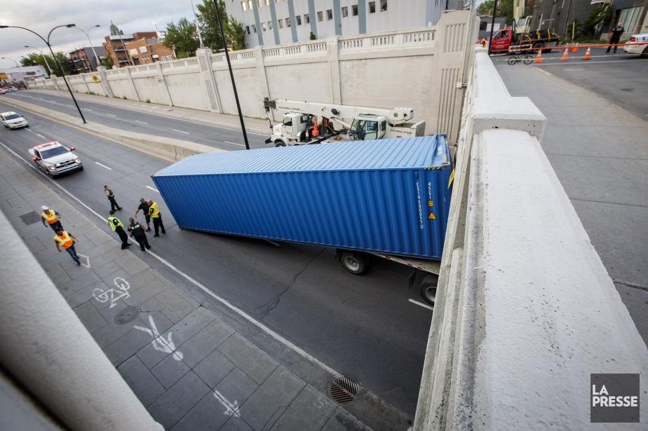 Le camion de 16 mètres, qui transportait un... (PHOTO OLIVIER JEAN, LA PRESSE)
