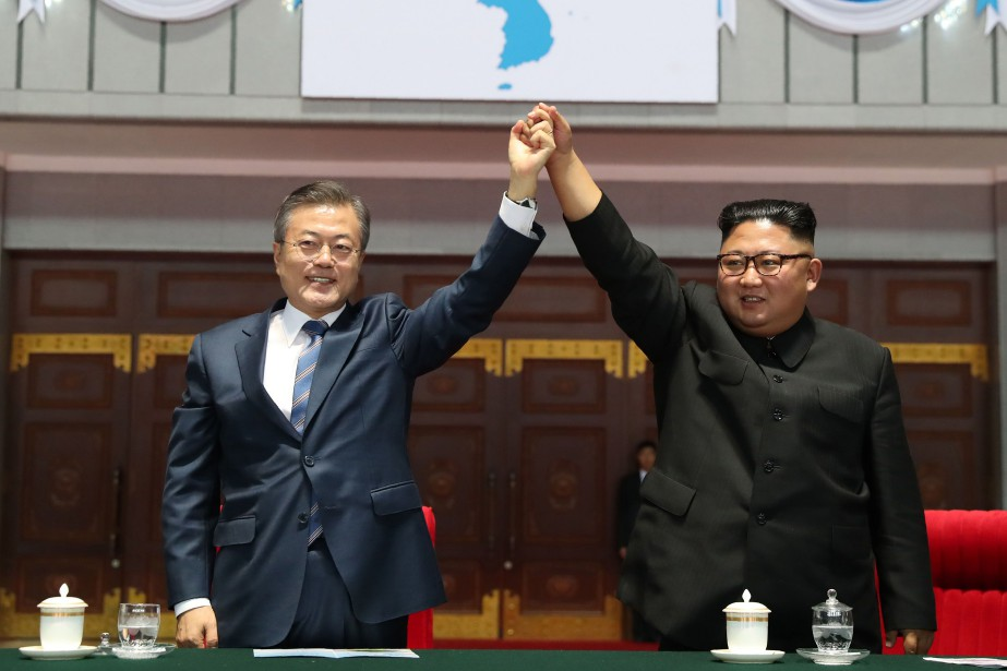 Le président sud-coréen Moon Jae-in et le leader... (Photo AFP)