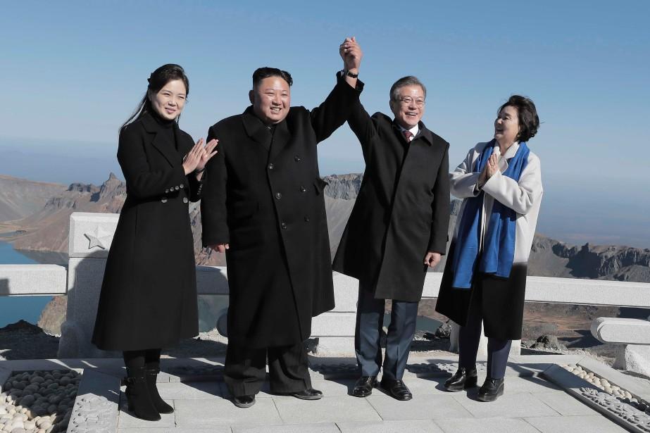 Jeudi, MM. Moon et Kim, accompagnés de leur... (AFP)