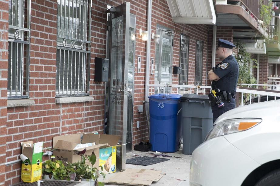 Un policier se tient devant la garderie où... (Photo Mary Altaffer, Associated Press)