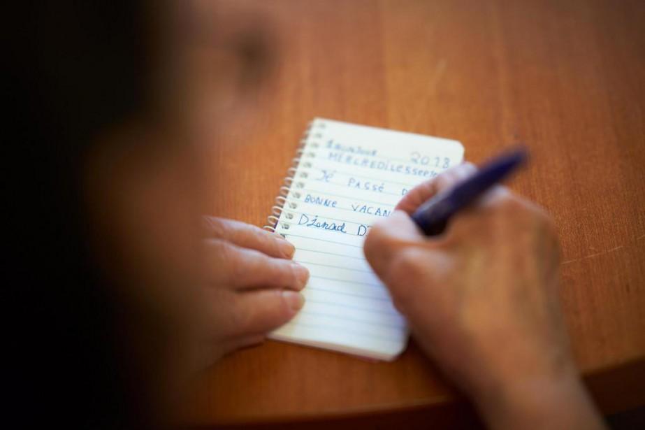 Sur son calepin, Djenad Djouhar s'applique à écrire... (Photo André Pichette, La Presse)