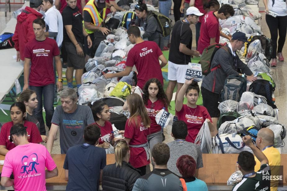 Des centaines de personnes ont dû attendre plus... (Photo Robert Skinner, La Presse)