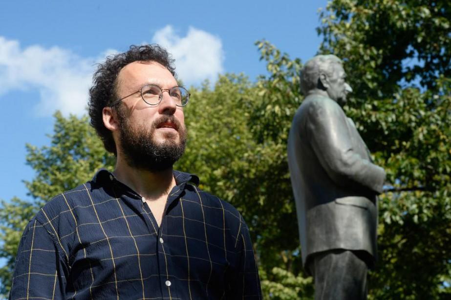 L'historien des idées Jonathan Livernois, devant la statue... (Photo Jean-Marie Villeneuve, Le Soleil)