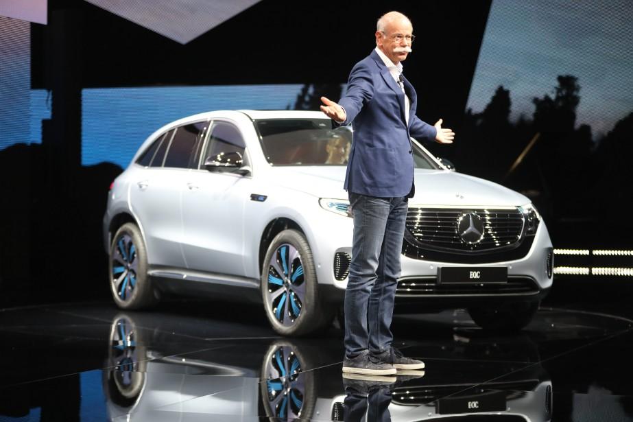 Le Mercedes-Benz EQC illustre bien la désaffection des constructeurs envers les grands salons : cette nouveauté tout électrique a déjà été dévoilée ailleurs. Ci-haut, le PDG de Mercedes Dieter Zetsche présentant l'EQS dans une galerie d'art près de Stockholm, en Suède, le 4 septembre. (Photo Agence TT, via AP)