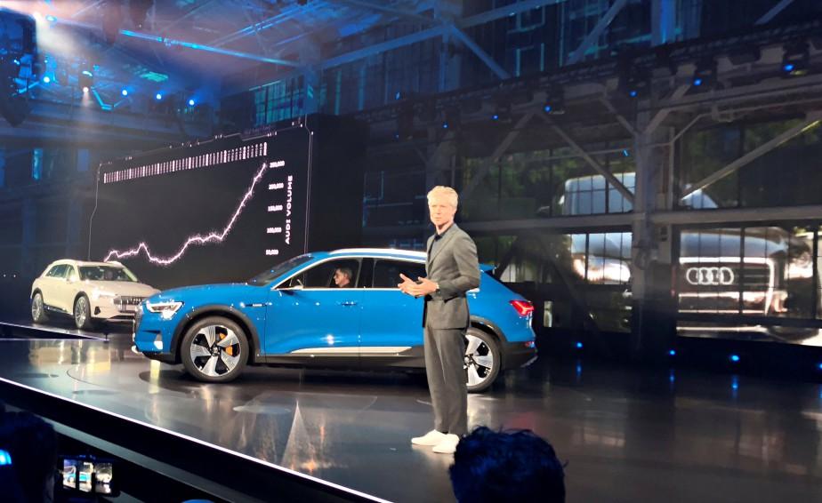 L'Audi e-tron a été dévoilé bien loin den Paris à Richmond, près de San Francisco le 17 septembre. C'est le président d'Audi of America, Scott Keogh, qui l'a présenté aux médias. (photo REUTERS)