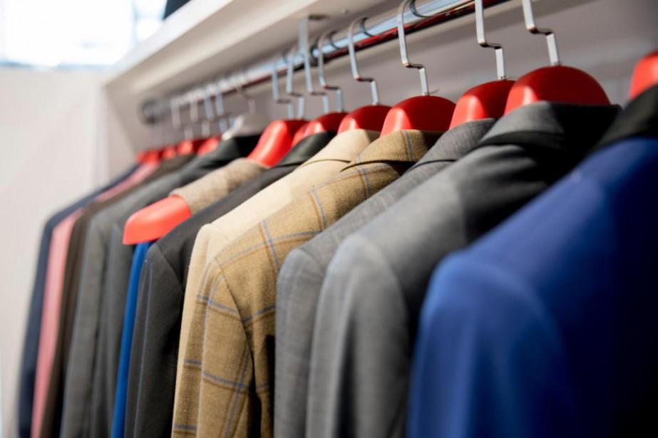 Des vestons de divers styles, en présentation dans... (PHOTO MARCO CAMPANOZZI, LA PRESSE)