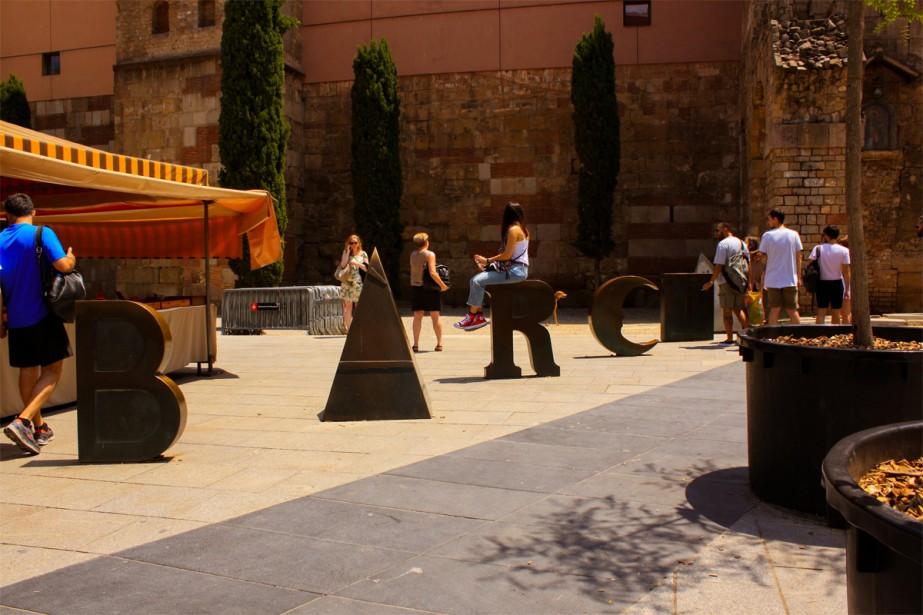 En plein coeur du quartier gothique, la plaça Nova accueille en son coeur la cathédrale Santa Creu ainsi qu'un petit marché d'antiquaires, tous les jeudis matin. | 27 septembre 2018