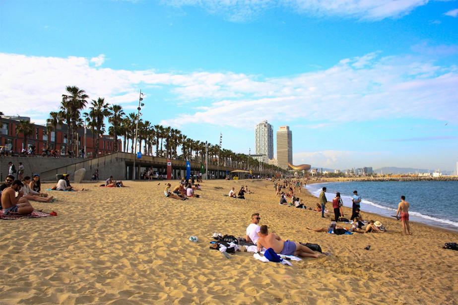 Si on va à Barcelone, c'est aussi pour sa plage! La plage de la Barceloneta est la plus touristique de la ville: longue de 1,1 km, elle a un emplacement central idéal. Cependant, attendez-vous à vous faire proposer (souvent!) bières, mojitos, serviettes de plage et services en tout genre! | 27 septembre 2018