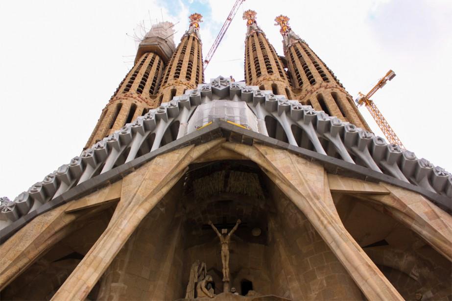 Commencée en 1882 par le célèbre architecte Antoni Gaudí, la Sagrada Família ne sera terminée qu'en 2026 (c'est bientôt!). Pour sa beauté, sa spiritualité et son architecture incroyables, la Sagrada Família reste un incontournable de Barcelone. | 27 septembre 2018