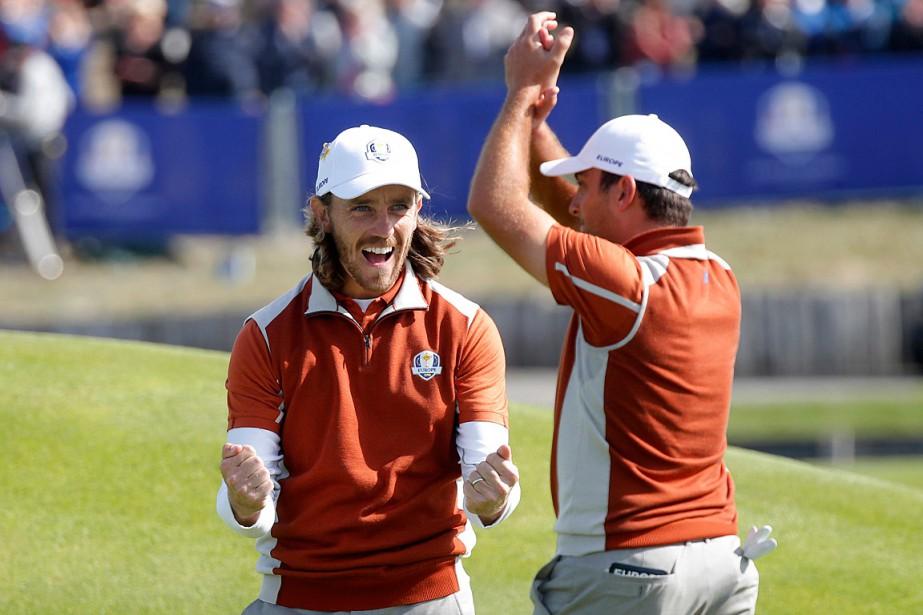 Tommy Fleetwood et Francesco Molinari célèbrent pendant leur... (PHOTO CHARLES PLATIAU, REUTERS)