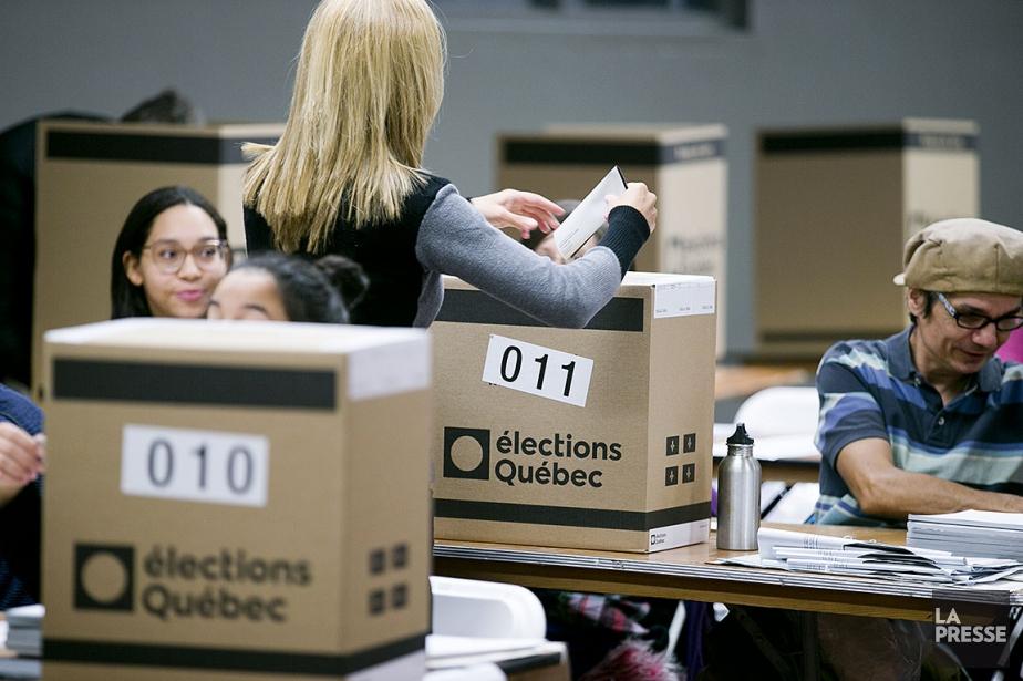 Une électrice dépose son bulletin de vote dans... (Photo François Roy, La Presse)