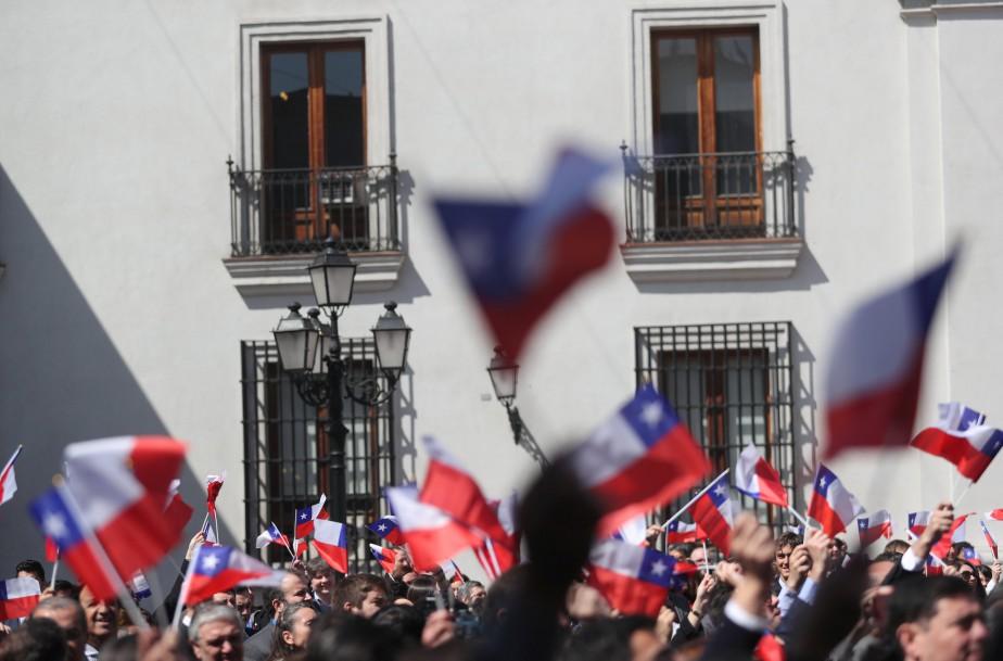 Un parterre de fonctionnaires chiliens agitaient des drapeaux... (photo Ivan Alvarado, REUTERS)