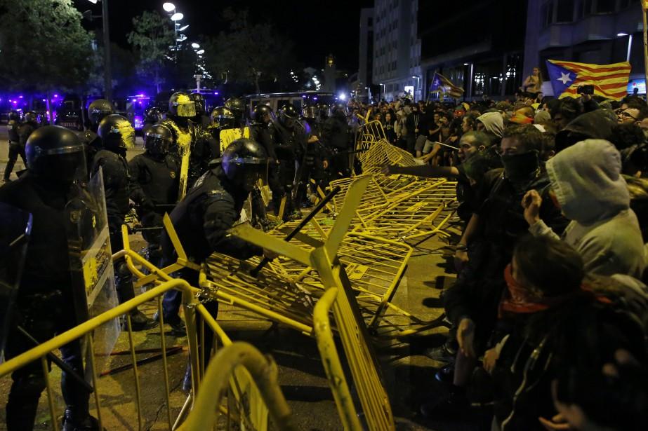 Des centaines de manifestants ont renversé les barrières... (PHOTO AP)