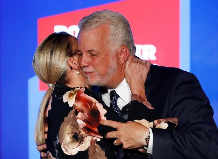 Philippe Couillard embrasse sa femme Suzanne Pilote lors de son discours de concession à St-Félicien. | 1 octobre 2018