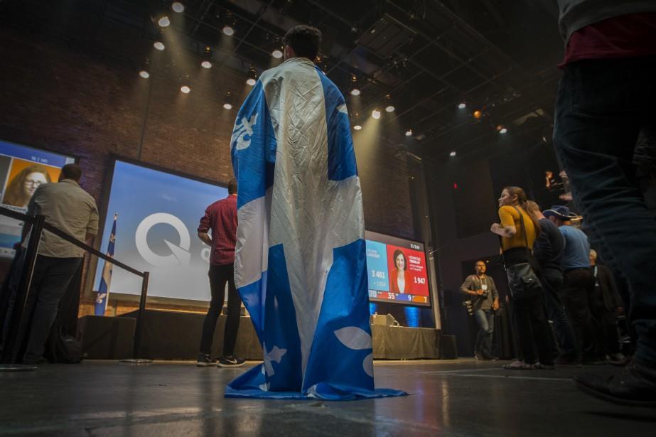Un partisan du PQ drapé dufleurdelisé observe les résultats dans les locaux de L'Usine C, à Montréal. | 1 octobre 2018
