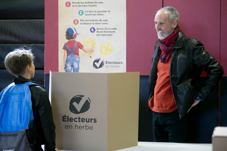 Le candidat de Québec solidaire Vincent Marissal a voté dans le centre communautaire L'Entre-Gens, lundi matin, à Rosemont. | 1 octobre 2018