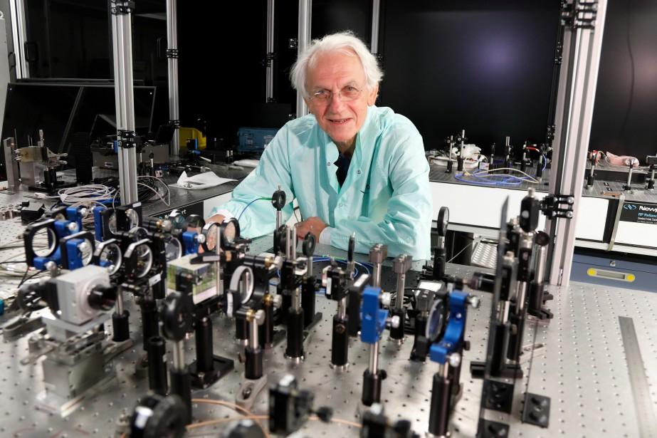 Gérard Mourou pose dans son laboratoireà l'École polytechnique... (PHOTO REUTERS)