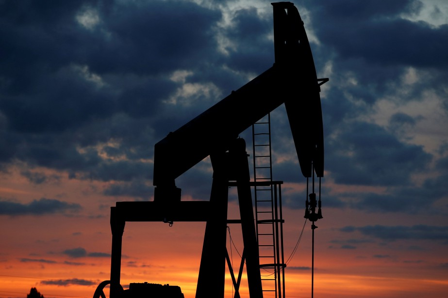 FILE PHOTO: An oil pump is seen at... (Photo Christian Hartmann, Reuters)