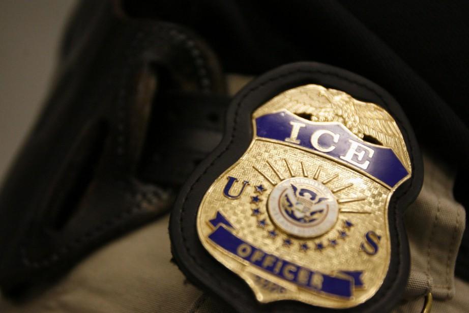 Un badge de l'agence de police américaine Immigrationand... (PHOTO AP)