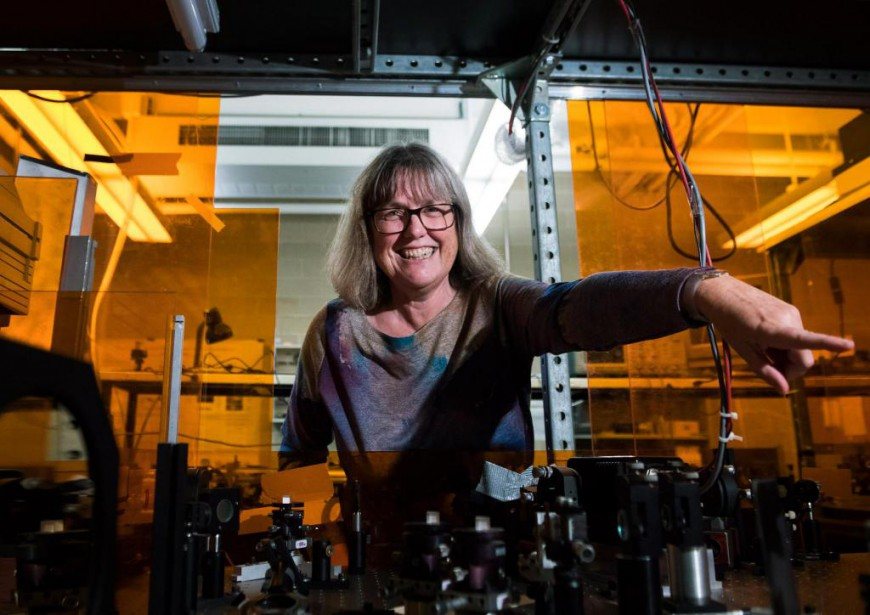 Donna Strickland, Prix Nobel de physique 2018, dans son laboratoire... (Photo Nathan Denette, La Presse canadienne)