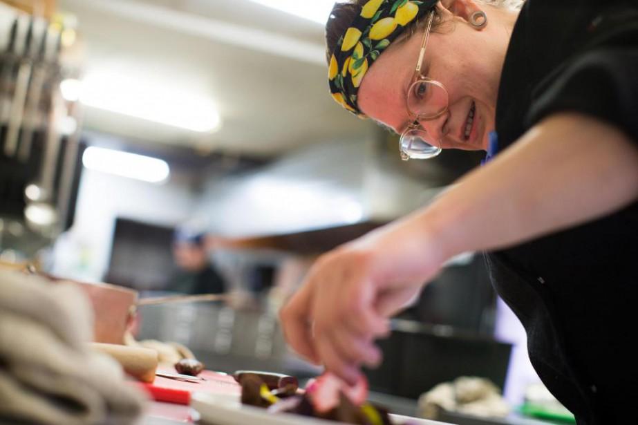 Roxanne Desrosiers nous présente sa recette de fèves... (Photo Olivier PontBriand, La Presse)