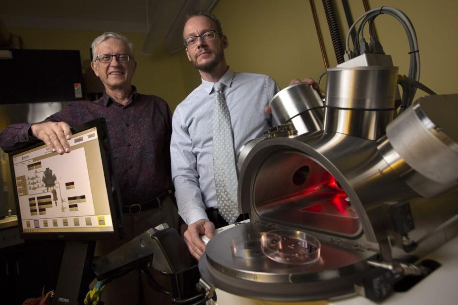 Les professeur Ralph Pudritz et Maikel Reinstadter avec... (Photo Peter Power, LA PRESSE CANADIENNE)