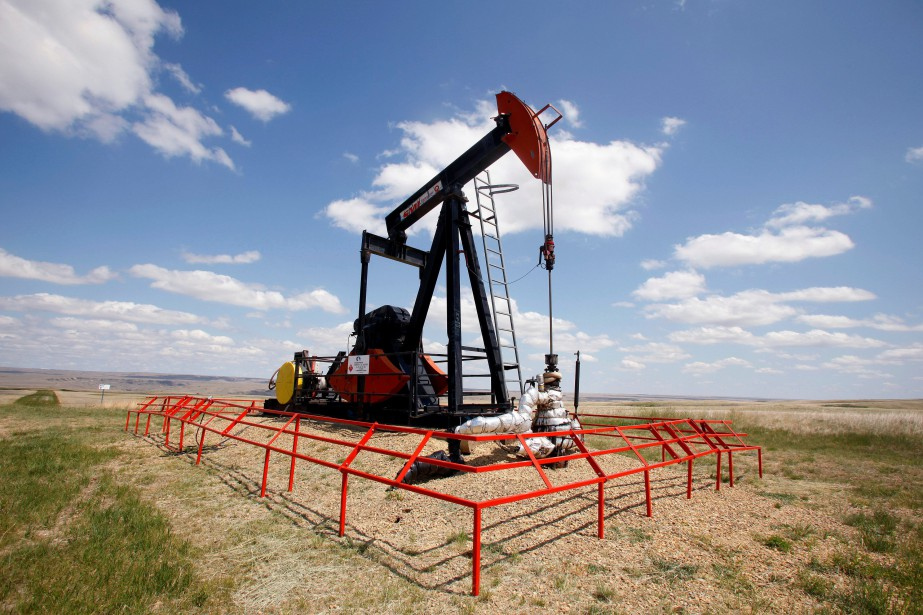 FILE PHOTO: A Canadian Natural Resources pump jack... (Photo Todd Korol, archives Reuters)